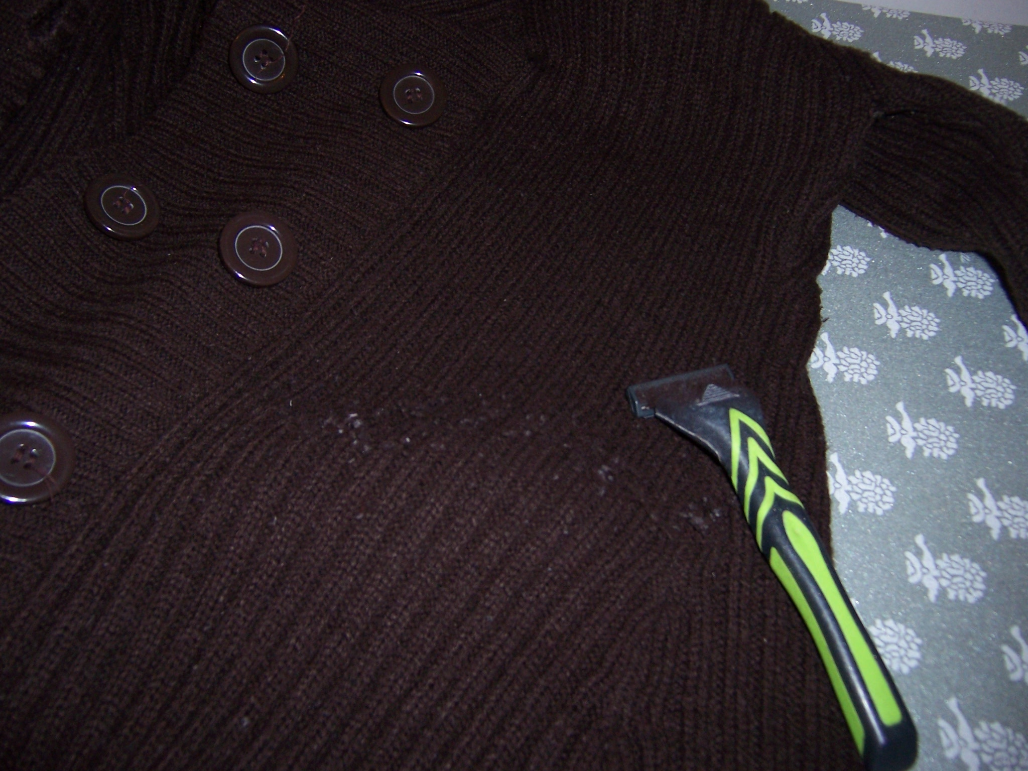 How to easily remove lint from a sweater with a razor and toothbrush an american in sicily - How to remove lint ...