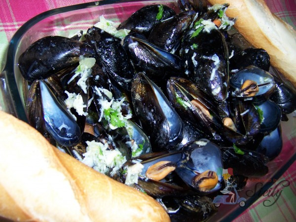 mussels in olive oil, wine, and garlic